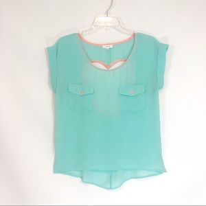 Short sleeved lite, flowy top w/ 2 front pockets